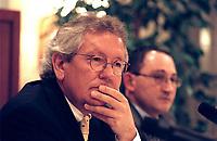 "31 MAR 2000, BERLIN/GERMANY:<br /> Dr. Stephan Holthoff-Pförtner, Rechtsanwalt von Helmut Kohl, während einer Pressekonferenz ""Hat sich unser Mandant, Herr Bundesknazler a. D. Dr. Helmut Kohl, durch sein Verhalten in der Parteispendenaffäre strafbar gemacht?"", Four Seasons Hotel <br /> IMAGE: 20000331-01/02-08<br /> KEYWORDS: Stephan Holthoff-Pfoertner"