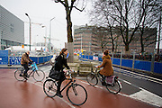 In Utrecht rijden fietsers door de chaos in het stationsgebied.<br /> <br /> In Utrecht cyclists ride at the chaotic station area.