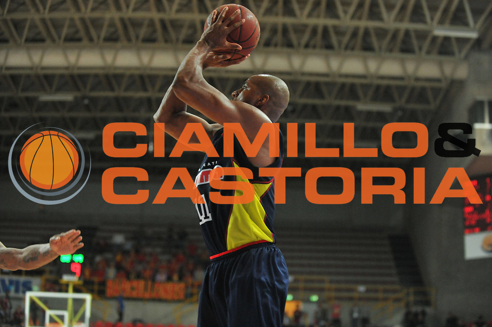 DESCRIZIONE : Verona Lega Basket A2 2010-11 Tezenis Verona Sygma Barcellona<br /> GIOCATORE : Michael Hicks<br /> SQUADRA : Tezenis Verona Sygma Barcellona<br /> EVENTO : Campionato Lega A2 2010-2011<br /> GARA : Tezenis Verona Sygma Barcellona<br /> DATA : 02/04/2011<br /> CATEGORIA : Tiro<br /> SPORT : Pallacanestro <br /> AUTORE : Agenzia Ciamillo-Castoria/M.Gregolin<br /> Galleria : Lega Basket A2 2010-2011 <br /> Fotonotizia : Verona Lega A2 2010-11 Tezenis Verona Sygma Barcellona<br /> Predefinita :