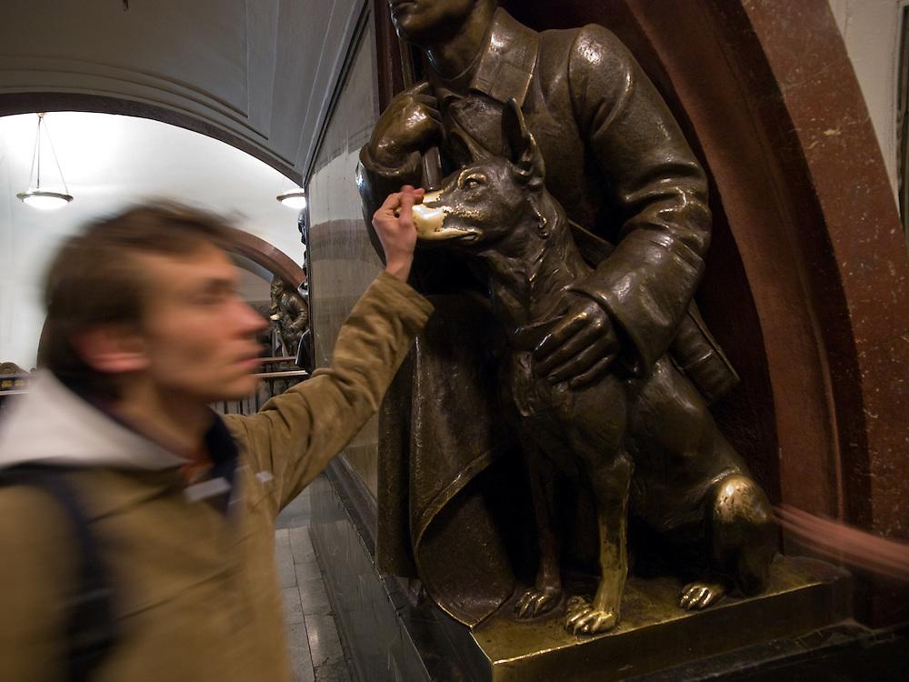 """Moskau/Russische Foederation, RUS, 07.05.2008: Die Moskauer Metrostation Ploschad Rewoljuzii welche zum Roten Platz und zum Kreml fuehrt. Thema der Ende der 30er Jahre eroeffneten Station ist die Oktober-Revolution. Jede Metro Station hat ihre eigene Geschichte. Am """"Ploschad Rewoljuzii"""" wartet zum Beispiel eine Hundenase auf Besucher. Passagiere halten hier eine Sekunde inne und wuenschen sich Glueck fuer die Zukunft.<br /> <br /> Moscow/Russian Federation, RUS, 07.05.2008: Moscow metro station """"Ploshchad Revoluyutsii"""" (Revolution Square) which is devoted to glorify the the lives, work and heroism of the ordinary men and women of the Russian Revolution. People are touching a dogs nose for a moment to be lucky and to fulfil a future wish."""