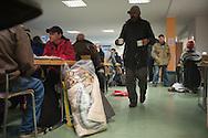 Tagesaufenthaltsstätten für Wohnungslose bieten ganzjährig Schutz und konkrete Überlebenshilfen an.  Aufgrund der ca. 2.000 obdachlosen Menschen in Hamburg sind die neun Tages-aufenthaltsstätten  insbesondere  in den Wintermonaten so stark überlastet, dass sie nicht mehr allen Bedürftigen  gerecht werden können. Keine der Tagesaufenthaltsstätten bietet täglich durchgängige  Öffnungszeiten an. Einige Betroffene pendeln zwischen den Einrichtungen, um nicht draußen bleiben zu müssen. <br /> Das Hamburger Aktionsbündnis gegen Wohnungsnot fordert:  Auch tagsüber muss die Stadt Hamburg den Erfrierungsschutz sicherstellen, um die Gesundheit der Obdachlosen nicht zusätzlich zu gefährden.