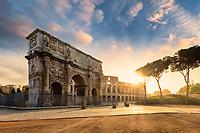 Gleich neben dem Kolosseum in Rom steht der Konstantinsbogen. Der Triumphbogen wurde 315 n. Chr. geweiht und erinnert an den Sieg Kaiser Konstantins über Maxentius in der Schlacht an der Milvischen Brücke.