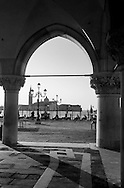 Italy. Venice. the ducal palace, the columns of the Piazzetta and San giorgio MAGGIORE church on the island in the lagoon  Venice - Italy  / le palais des doges, palais ducal et les colonnes de la Piazzetta , au loin l'eglise San Giorgio MAGGIORE sur l'ile de la lagune  Venise - Italie / VCE258A
