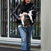NLD/Laren/20100514 - Els Verberk, partner van John de Mol Jr. met hondje