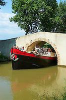 France, Aude (11), Canal du Midi, classé Patrimoine Mondial de l'UNESCO, entre Carcassonne et Beziers, la péniche hôtel Caroline // France, Languedoc-Roussillon, Aude (11), Canal du Midi between Carcassone and Beziers, barge hotel Caroline