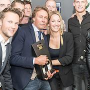 NLD/Lienden20161025 - Boekpresentatie Hans Kraay, Hans, Hélène Hendriks en voetbalteam