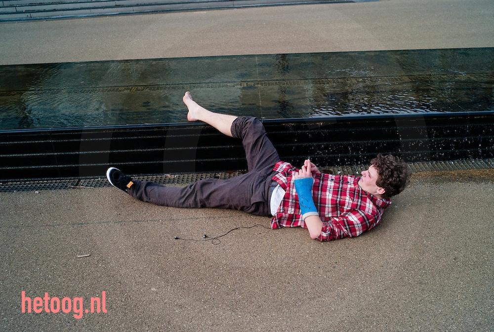 hetOOG - Waar: stationsplein Enschede Wat: skater met twee breuken Wanneer: woensdag 24 maart 2010 15:17 uur