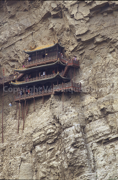 Ce monastere suspendu se trouve au pied du mont Hengshan, ? la sortie de la ville de Hunyan, environ 65 kilom?tres au sud-est de Datong. Un vrai miracle architectural qui a su resister aux vents depuis plus de 1400 ans. Les extensions du temple ont largement ete reparees sous la dynastie des Qing et ensuite des Ming. Le second int?ret particulier du monastere suspendu reside dans le melange savant des trois religions, bouddhisme, taoisme et confucianisme. This monastery is located near Datong and was built 1400 years ago. It is a mix of buddhisme, taoism and confucianism.