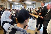 Nederland, Nijmegen, 26-6-2007..Burgemeester thom de graaff deelt het diploma, certificaat uit aan geslaagden van de school voor moeilijk lerenden, praktijkschool  de Zonnegaard...Foto: Flip Franssen/Hollandse Hoogte