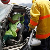Lerma, México.- 70 estudiantes avanzados de la carrera de Técnico Superior Universitario Paramédico, de la UTVT  participaron en un simulacro de un accidente automovilístico con varios heridos y un muerto, con estas practicas los estudiantes se encuentran preparados para cuando salgan al campo laboral.  Agencia MVT / Crisanta Espinosa