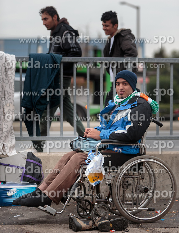 25.09.2015, Grenzübergang, Salzburg, AUT, Fluechtlingskrise in der EU, im Bild ein Flüchtling im Rollstuhl und ohne Schuhe wartet an der Grenze zu Deutschland // a refugee in a wheelchair and without shoes waiting at the border to Germany. Thousands of refugees fleeing violence and persecution in their own countries continue to make their way toward the EU, border crossing, Salzburg, Austria on 2015/09/25. EXPA Pictures © 2015, PhotoCredit: EXPA/ JFK