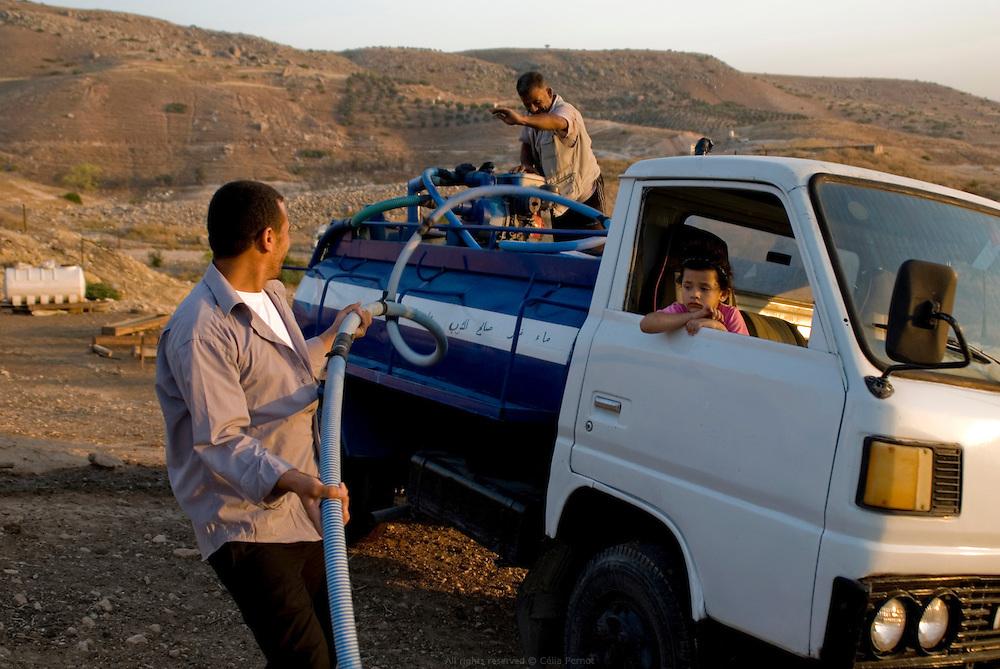 De tradition nomade, cette famille de Bédouins vit toujours sous des tentes mais s'est sédentarise en bordure de agglomération de Pella. Sans accès à l'eau courante, chaque semaine ils se font livrer de l'eau qu'ils stockent dans des réservoirs, pour eux et pour leur troupeau de chèvres. Jordanie, mai 2011