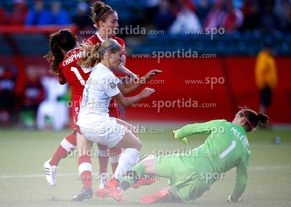 12.06.2015, Commonwealth Stadium, Edmonton, CAN, FIFA WM, Frauen, Kanada vs Neuseeland, Gruppe A, im Bild New Zealand's Rosie White (3rd L) makes a threat in front of Canada's gate, The match ended with a 0-0 draw // during group A match of FIFA Women's World Cup between Canada and New Zealand at the Commonwealth Stadium in Edmonton, Canada on 2015/06/12. EXPA Pictures &copy; 2015, PhotoCredit: EXPA/ Photoshot/ Ding Xu<br /> <br /> *****ATTENTION - for AUT, SLO, CRO, SRB, BIH, MAZ only*****