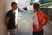 Trainer Taco vertelt Lieske Yntema over het niet doorgaan van de recordpoging nadat blijkt dat er problemen zijn met het camerasysteem. Het Human Power Team Delft en Amsterdam (HPT), dat bestaat uit studenten van de TU Delft en de VU Amsterdam, is in Senftenberg voor een poging het laagland sprintrecord te verbreken op de Dekrabaan. In september wil het HPT daarna een poging doen het wereldrecord snelfietsen te verbreken, dat nu op 133 km/h staat tijdens de World Human Powered Speed Challenge.<br /> <br /> Trainer Taco tells to Lieske Yntema she can't ride due to problems with the monitors in the bike. With the special recumbent bike the Human Power Team Delft and Amsterdam, consisting of students of the TU Delft and the VU Amsterdam, is in Senftenberg (Germany) for the attempt to set a new lowland sprint record on a bicycle. They also wants to set a new world record cycling in September at the World Human Powered Speed Challenge. The current speed record is 133 km/h.