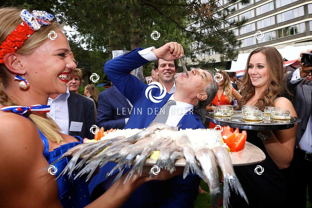 AMSTERDAM - In de tuin van het Hilton Hotel Amsterdam is de jaarlijkse haringparty weer aan de gang. Met hier op de foto  hotelmanager Roberto Payer van het Hilton Amsterdam die als eerste de nieuwe haring mag gaan proeven. FOTO LEVIN DEN BOER - PERSFOTO.NU