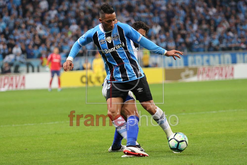Barrios marcado por Léo durante o jogo disputado entre Grêmio e Cruzeiro, na Arena do Grêmio, em Porto Alegre, válido pela Copa do Brasil 2017. Foto: Richard Ducker/FramePhoto