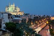 Spanien Spain,Mallorca Balearen....Palma de Mallorca....Uferstrasse am Hafen mit beleuchteter Kathedrale bei Daemmerung....harbour road and cathedral at dusk........