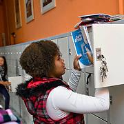 Nederland Rotterdam 23-09-2009 20090923 Serie over onderwijs,   openbare scholengemeenschap mavo, havo en vwo. Meiden leerlingen wisselen boeken bij lockers, tussen de lessen.                                                .Foto: David Rozing