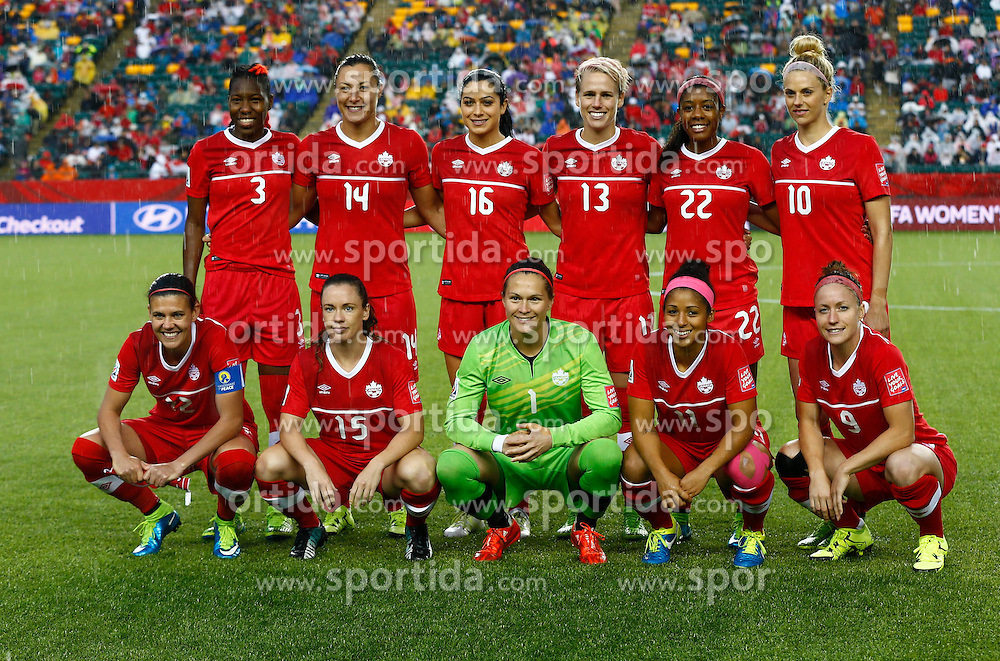 12.06.2015, Commonwealth Stadium, Edmonton, CAN, FIFA WM, Frauen, Kanada vs Neuseeland, Gruppe A, im Bild The lineup players of Canada pose for photos // during group A match of FIFA Women's World Cup between Canada and New Zealand at the Commonwealth Stadium in Edmonton, Canada on 2015/06/12. EXPA Pictures &copy; 2015, PhotoCredit: EXPA/ Photoshot/ Ding Xu<br /> <br /> *****ATTENTION - for AUT, SLO, CRO, SRB, BIH, MAZ only*****