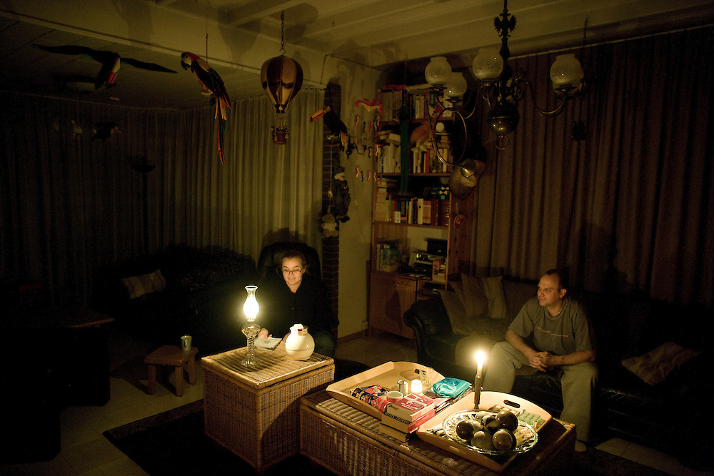 Nederland. Kerkdriel, 13 december 2007.<br /> Zo'n 50000 huishoudens in de Tieler- en Bommelerwaard zitten zonder stroom. Een Apache-gevechtshelikopter vloog tegen een hoogspanningskabel boven de Waal. Volgens Continuon, de netbeheerder van elektriciteitsbedrijf NUON, stroomde er 150000 volt door de kabel die nu gebroken is.<br /> Foto Martijn Beekman <br /> NIET VOOR TROUW, AD, TELEGRAAF, NRC EN HET PAROOL