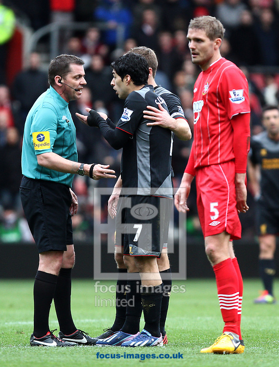 Picture by Daniel Chesterton/Focus Images Ltd +44 7966 018899.16/03/2013.Referee Phil Dowd speaks to Luis Suarez of Liverpool after he argues with the assistant referee during the Barclays Premier League match at the St Mary's Stadium, Southampton.