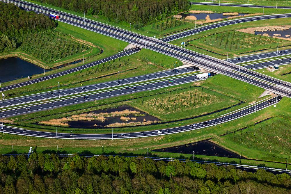 Nederland, Utrecht, Gemeente Vianen, 09-05-2013; Knooppunt Everdingen, aansluiting A2 (vlnr) en A27. Gedeeltelijk turbineknooppunt. <br /> Everdingen junction between motorway A2 en A27.<br /> luchtfoto (toeslag op standard tarieven)<br /> aerial photo (additional fee required)<br /> copyright foto/photo Siebe Swart