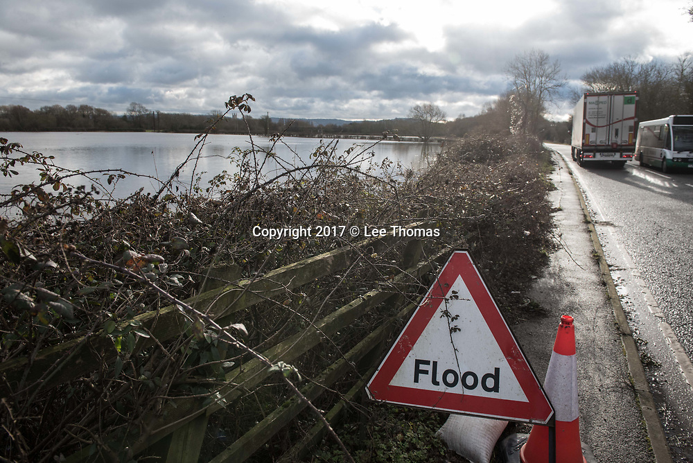 Gloucestershire, Worcestershire, UK. 5th January 2018. River Severn water levels remain high in Gloucestershire and Worcestershire as the Environment Agency issues over a hundred flood warnings for England. Maisemore and Sandhurst in Gloucestershire are at particular risk of imminent flooding according to the Agency with high water levels peaking at around midday today. Pictured:  A flood sign near Maisemore.  // Lee Thomas, Tel. 07784142973. Email: leepthomas@gmail.com  www.leept.co.uk (0000635435)