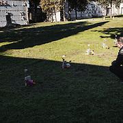Mohamed, devant la tombe de son frère Bilal, décédé à l'âge de seize ans, au cimetière de Sortino, près de Syracuse, Sicile