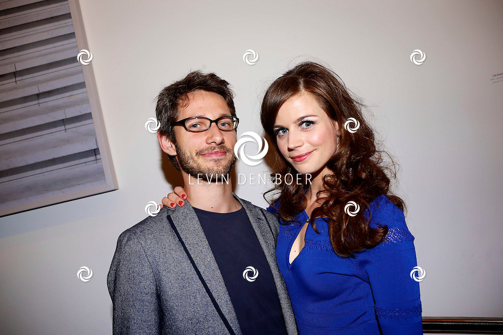 AMSTERDAM - In het DeLaMar Theater is de premiere van een Nederlands toneelstuk 'Een Ideale Vrouw' een komedie over liefde. Met op de foto  Elise Schaap met haar partner Wouter de Jong. FOTO LEVIN DEN BOER - PERSFOTO.NU