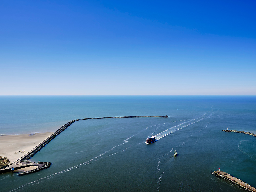 Nederland, Noord-Holland, IJmuiden; 23-03-2020; Buitenhaven, toegang tot Noordzeekanaal. Pier IJmuiden(Zuidpier, links),  havenhoofden met Noordzeehaven en Buitenhaven. Aan de verre horizon het Prinses Amaliawindpark (PAWP).<br /> Entrance to the North Sea Canal. Pier IJmuiden (South Pier), between the harbor heads of the North Sea port and Buitenhaven. The Princess Amalia Wind Farm (PAWP) is on the far horizon.<br /> luchtfoto (toeslag op standaard tarieven);<br /> aerial photo (additional fee required)<br /> copyright © 2020 foto/photo Siebe Swar