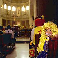 Toluca, Méx.- Cientos de payasos festejaron su día en esta ciudad con un desfile por las principales avenidas y una misa en la catedral mexiquense. Agencia MVT / Mario Vázquez de la Torre.
