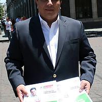 Toluca, México.- Enrique Mendoza Velázquez, candidato del PRI a la diputación por el Distrito 1 de Toluca, entrego ante la oficina de Asuntos Parlamentarios de la Cámara de Diputados local sus primeras dos iniciativas de ley, en calidad de ciudadano interesado. Agencia MVT / José Hernández