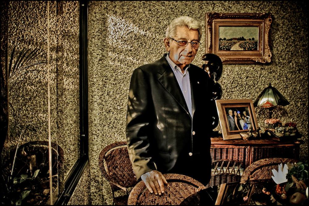 PORTRAITS OF SURVIVORS AND IMMIGRANTS <br /> Sobreviviente del Holocausto / Holocaust Survivor.<br /> <br /> Sr. Lazar Zeev Bone.<br /> <br /> Nació en Iasi, Rumania, el 3 de agosto de 1934. Su padre murió tras un pogromo en 1941, mientras el resto de la familia sobrevivió a las ventiscas de la guerra. En 1947 se mudó a Bucarest con un tío y ese mismo año, en un intento de llegar a Palestina, fue llevado a la isla de Chipre. Unos meses más tarde, junto a otros niños refugiados, arribó a Israel, donde vivió en un kibutz e hizo el servicio militar. En 1955 viajó a Venezuela para conocerla y quedarse por un breve tiempo que se ha convertido en un para siempre. <br /> <br /> Photography by Aaron Sosa<br /> Caracas - Venezuela 2010<br /> (Copyright © Aaron Sosa)