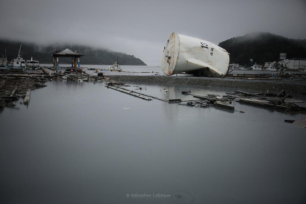 Onagawa - Le front de mer - Juin 2011<br /> La baie dOnagawa est l'une des plus orientales du Japon et se trouve dans l'axe de l'épicentre. Sa configuration géographique fait penser à un entonnoir où la ville serait l'embouchure du cône. Les tonnes deaux  poussées par locéan ont crée un flux puissant qui na fait que monter et saccélérer, coincé entre les montagnes, pour détruire tout sur son passage.