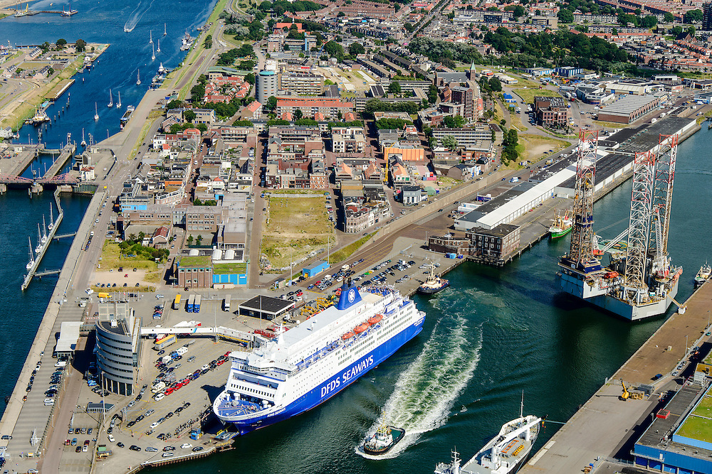 Nederland, Noord-Holland, IJmuiden, 01-08-2016; overzicht zeehaven IJmuiden met booreilanden en ferry van DFDS Seaways. <br /> Overview port of IJmuiden.<br /> luchtfoto (toeslag op standard tarieven);<br /> aerial photo (additional fee required);<br /> copyright foto/photo Siebe Swart