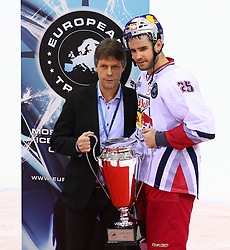 18.12.2011, Albert Schultz Halle, Wien, AUT, European Trophy, Finale, Jokerit vs EC Red Bull Salzburg, im Bild Rob Davison, (EC Red Bull Salzburg, #25) mit dem Pokal,  EXPA Pictures © 2011, PhotoCredit: EXPA/ T. Haumer
