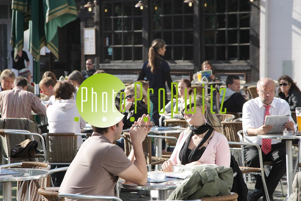 Mannheim. Wetterfeature. Bei traumhaften Herbsttemparaturen genie&szlig;en die Passanten und sonnenbummler die letzten warmen Strahlen in diesem Jahr.<br /> Bild: Markus Pro&szlig;witz<br /> ++++ Archivbilder und weitere Motive finden Sie auch in unserem OnlineArchiv. www.masterpress.org ++++