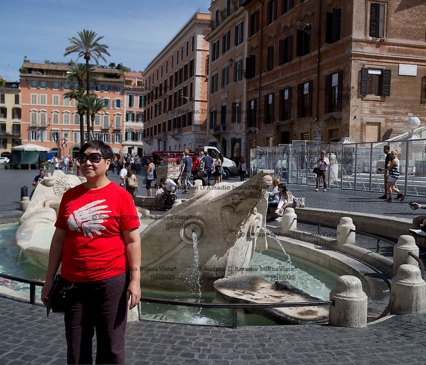 turista di fronte alla fontana della barcaccia a Roma,<br /> <br /> tourist in front of barcaccia in Rome