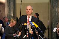 12 DEC 2003, BERLIN/GERMANY:<br /> Carl-Ludwig Thiele, MdB, FDP, Stellv. Fraktionsvorsitzender, gibt ein Pressestatement, Sitzung des Vermittlungsausschusses, Bundesrat<br /> IMAGE: 20031212-01-052<br /> KEYWORDS: Mikrofon, microphone, Pressekonferenz