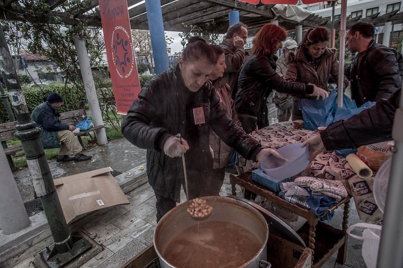 Mensa popolare che tre volte a settimana distribuisce pasti gratuiti nella zona del porto del Pireo, una delle più povere e disagiate di Atene.