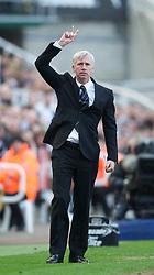 27.04.2013, St. James Park, Newcastle, ENG, Premier League, Newcastle United vs FC Liverpool, 35. Runde, im Bild Newcastle United's manager Alan Pardew during the English Premier League 35th round match between Newcastle United and Liverpool FC at the St. James Park, Newcastle, Great Britain on 2013/04/27. EXPA Pictures © 2013, PhotoCredit: EXPA/ Propagandaphoto/ David Rawcliffe..***** ATTENTION - OUT OF ENG, GBR, UK *****