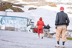 THEMENBILD - deutsche Touristen beim Alpincenter am Kitzsteinhorn, aufgenommen am 16. Juli 2019 in Kaprun, Österreich // German tourists at the Alpincenter on the Kitzsteinhorn, Kaprun, Austria on 2019/07/16. EXPA Pictures © 2019, PhotoCredit: EXPA/ JFK