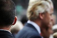 Nederland. Den Haag, 20 september 2011.<br /> PVV leider Geert Wilders buiten de Ridderzaal na afloop. Beveiliging, persoonsbeveiliging, dkdb, dienst koninklijke en diplomatieke beveiliging, bodyguard, oortje, beveiligen, haatmails, bedreiging, bedreigingen<br /> Prinsjesdag. Derde dinsdag van september, derde dinsdag in september, miljoenennota, monarchie, politiek, kabinet Rutte, <br /> Foto Martijn Beekman