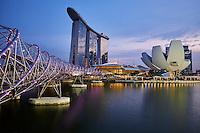 Singapour, Marina Bay, l'hotel Marina Bay Sands, le Musée des Arts et des Sciences en forme de fleur de lotus et le pont Helix//Singapore, Marina Bay, Marina Bay Sands hotel, the arts and Sciences Museum built like a lotus flower and the Helix Bridge