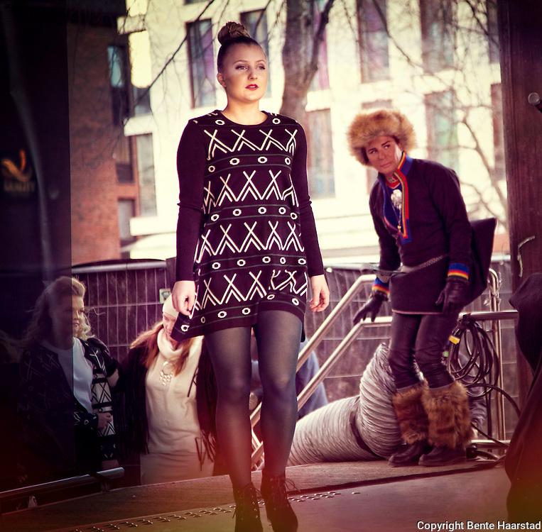 Den samiske klesdesigneren Anne Berit Anti, som står bak Abanti, jobber fra Finnmarksvidda. Dvs. Karasjok. Motevisning, samisk på catwalken på Torget i Trondheim, Tråante 2017. Anne Berit har tidligere jobbet som journalist. Utdannelse ved Kunsthøgskolen i Oslo. Abanti tar opp samiske spørsmål ut på catwalken. Samiske tradisjoner, historier og dagsaktuelle temaer er inspirasjonskilder. Opptatt av å presentere det samiske på en nyskapende måte. Designet blir skapt i Sápmi, men produsert i Litauen og Latvia.  Motevisning, samisk på catwalken på Torget i Trondheim, Tråante 2017.