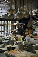 Pens&eacute;e comme un &laquo; lieu social &raquo; favorisant les rencontres,  avec sa cuisine ouverte, son espace priv&eacute;, son bar, sa vinoteca et sa terrasse, la brasserie FR\AME se distingue par la cr&eacute;ativit&eacute; du chef Andrew Wigger et la vision intemporelle de l&rsquo;architecte d&rsquo;int&eacute;rieur et sc&eacute;nographe Christophe Pillet.<br /> &Agrave; eux deux, ils ont r&eacute;ussi &agrave; transposer l&rsquo;esprit West Coast dans un environnement parisien.<br /> C'est &eacute;galement le plus grand potager parisien avec, en plus, ses poules et ses abeilles.<br /> Directement du producteur au consommateur.<br /> Andrew Wigger