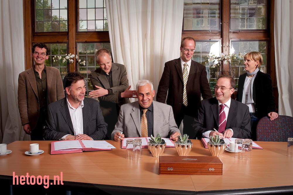 Nederlands-Duits cultuurprogramma Deutsch-niederländisches Kulturprogramm..'grenswerte' vormt het kader voor 60 bijzondere projecten. .ENSCHEDE/GRONAU/ZWOLLE/MÜNSTER/GREVEN - Münsterland e.V., Kunst & Cultuur Overijssel en EUREGIO zullen hun samenwerking op het gebied van cultuur de komende tijd intensiveren. De directeuren van deze drie organisaties hebben daartoe vandaag in Enschede hun handtekening onder een samenwerkingscontract gezet. In dit contract zijn hun verantwoordelijkheden bij de uitvoering van het gezamenlijke INTERREG-project 'grenswerte' geregeld. In het kader van 'grenswerte' zullen de partners in de periode tot en met 2014 een ambitieus grensoverschrijdend kunst- en cultuurprogramma realiseren met rond 60 bijzondere deelprojecten. Het inhoudelijke accent ligt daarbij op een artistieke confrontatie met grenzen, het overschrijden van grenzen en maatschappelijke waarden. De partners van het project 'genswerte' slaan de handen ineen. V.l.n.r. Henk Moes, directeur Kunst & Cultuur Overijssel; Harald Krebs, secretaris EUREGIO; Klaus Ehling, Geschäftsführer und Sprecher Münsterland e.V., en Michael Kösters, Geschäftsführer Münsterland e.V.