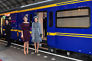 Staatsbezoek aan Nederland van Zijne Majesteit Koning Filip der Belgen vergezeld door Hare Majesteit Koningin <br /> Mathilde aan Nederland.<br /> <br /> State Visit to the Netherlands of His Majesty King of the Belgians Filip accompanied by Her Majesty Queen<br /> Mathilde Netherlands<br /> <br /> op de foto / On the photo: Koningin Maxima en koningin Mathilde van Belgie pakken de trein naar Utrecht CS met de Koninklijke trein voor een bezoek aan het nieuwe station op de laatste dag van een driedaags staatsbezoek. //// Queen Maxima and Queen Mathilde of Belgium take the train to Utrecht Central Station with the Royal train to visit the new station on the last day of a three-day state visit.