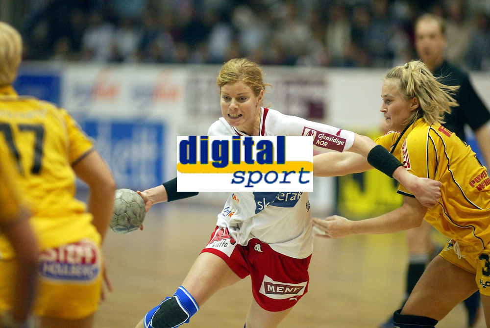 Håndball, 12. januar 2003,  Mesterligaen for kvinner , Bergslihallen , Larvik - Ikast,  Tonje Larsen , Larvik mot Tonje Kjærgaard (t.h.) og Kristine Andersen , Ikast