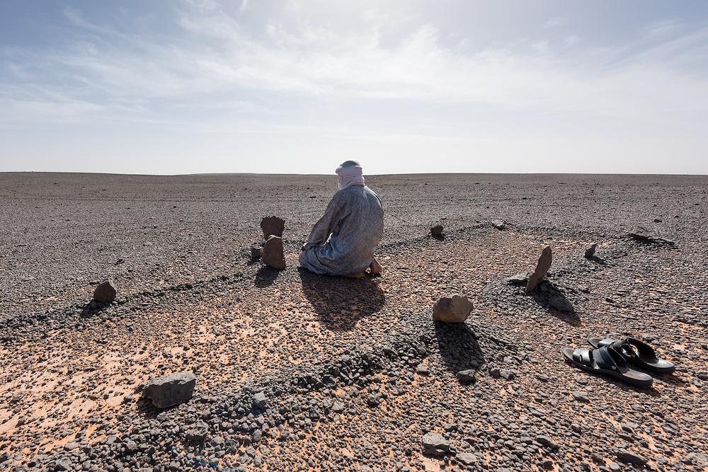 Beim Gebet in der Sahara